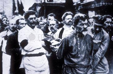 Dzerschinskis Sarg wird getragen u a von Stalin und Trotzki. 1926