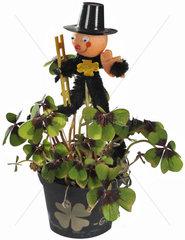 kleiner Blumentopf mit vierblaettrigem Klee  Gluecksbringer  Symbol  Silvester