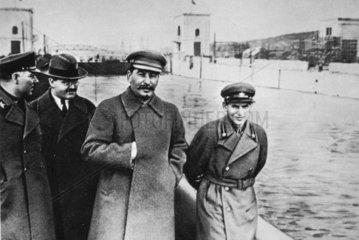 Stalin (1879-1953) mit Molotow und Jeschow