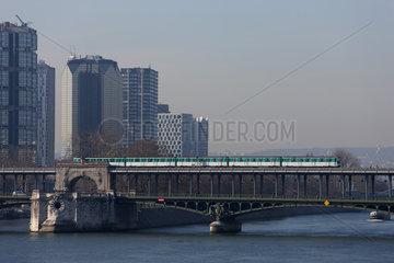Paris metro crossing Pont de Bir-Hakeim  Paris  France