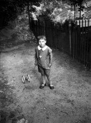 Kind mit Spielzeug ca. 30er Jahre