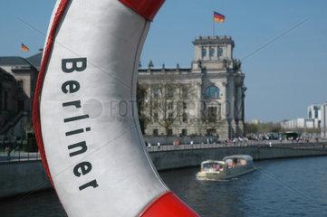 Blick durch einen Rettungsring auf den Reichstag