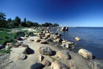 Steine liegen an der Kueste