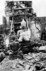 Europaeer in zerstoertem Tempel in Ayutthaya