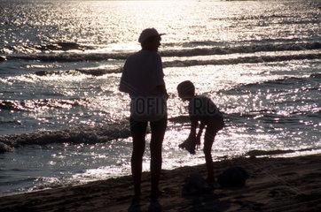 Mutter und Sohn Strand Abendstimmung
