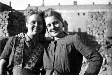 Zwei Truemmerfrauen posieren