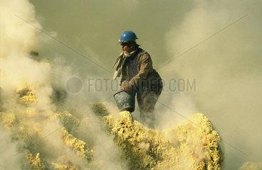 Mann arbeitet in einem Schwefelfeld
