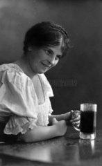 1920  Frau trinkt Bier