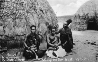 afrikanischer Frisoer frisiert afrikanische Frau