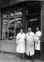 Mitarbeiter eines Fischladens  Fluss- und Seefische
