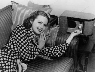 Frau hoert Radio vierziger Jahre