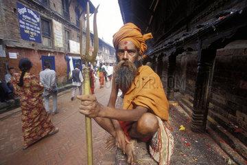 hockender hinduistischer Geistlicher