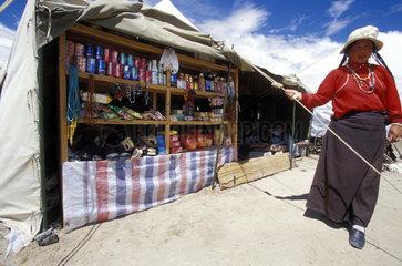 Frau steht neben Verkaufsstand
