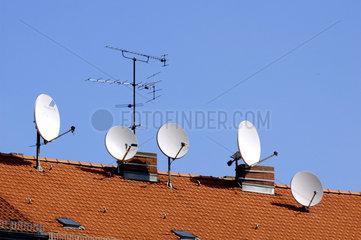 Satellitenschuesseln auf dem Dach