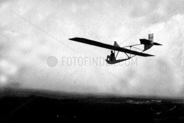 Mann in sehr kleinem Gleitflugzeug
