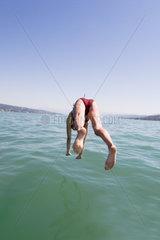Frau spring ins Wasser