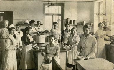 Schuelerinnen einer Hauswirtschaftsschule  1920
