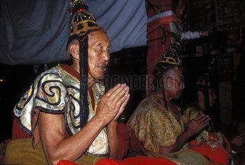Moenche bei einer Zeremonie