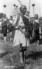 Kikuyu Krieger bewaffnet  mit Schmuck und Bemalung