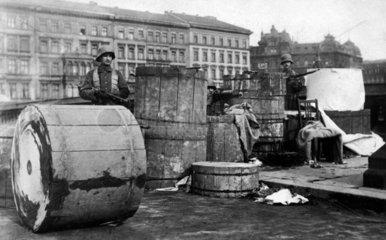 Soldaten hinter einer Barrikade