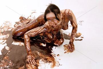 nackte Frau mit Schokolade beschmiert