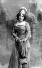 Frau in seltsamen Kleid