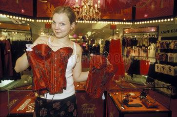 junge Frau zeigt Unterwaesche in Bloomingdale's