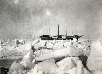 Segelschiff im Eis