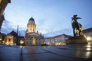 Deutschland  Berlin  Deutscher Dom mit dem Schiller-Denkmal am Gendarmenmarkt
