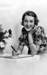 Frau beim Brief schreiben