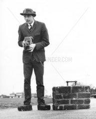Mann mit Koffer aus Stein