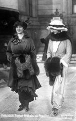2 Damen spazieren