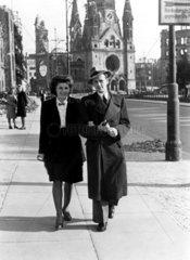 Frau und Mann laufen an der Gedaechtniskirche entlang ca.1944
