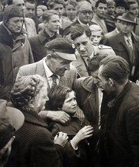 Kind weint vor Freude Kriegsheimkehrer 1955