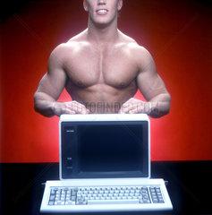 Muskelmann mit PC