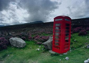 Telefonzelle in der Landschaft