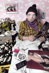 Mann liest Porno im Bett