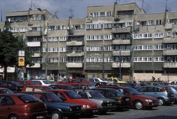 Plattenbauten mit Parkplatz