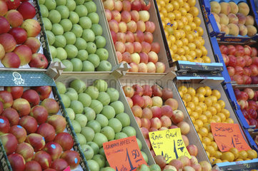 Fruechte an einem Obststand