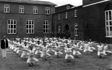 Maennergruppe im Hof bei Fruehsport