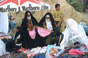 verschleierte Frauen kaufen Unterwaesche Beduinenmarkt