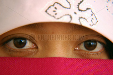 Frau mit Kopftuch und Schleier