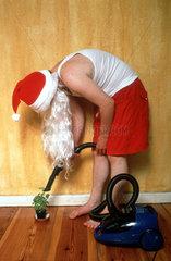 Weihnachtsmann beim Staubsaugen
