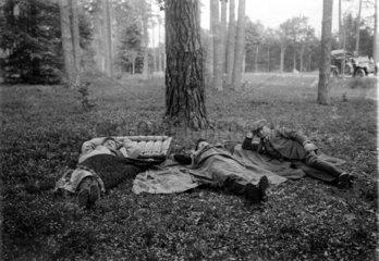Drei Maenner schlafen im Wald  1900