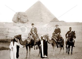 Reisegruppe bei den Pyramiden von Gizeh