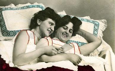 Zwei Frauen im Bett