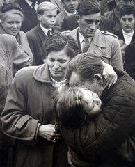 Maedchen umarmt Mann  Kriegsheimkehrer 1955