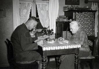 Mutter und Sohn sitzen am Tisch