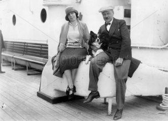 Mann und Frau mit Hund an Bord