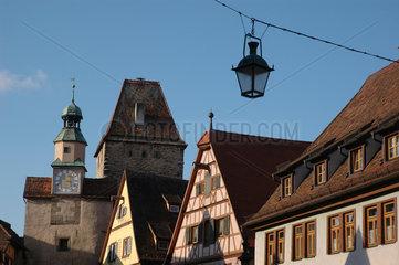Rothenburg ob der Tauber : Haeuser in Roedergasse mit Roederbogen und Markusturm